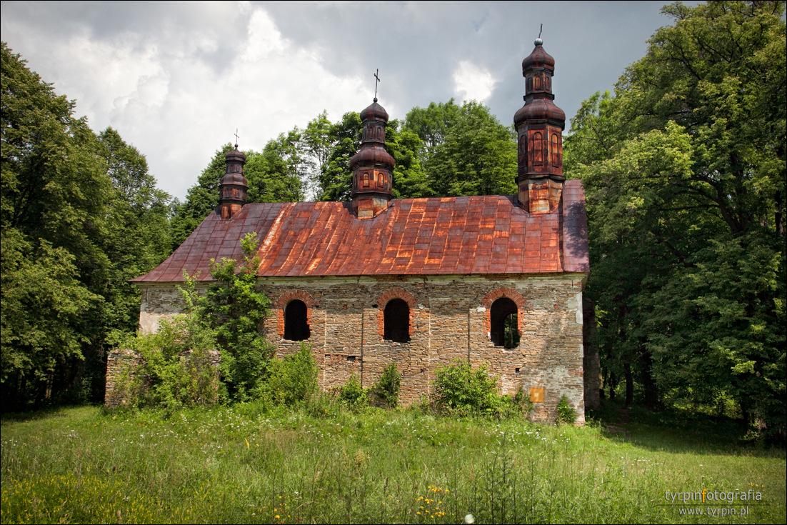 Królik Wołoski -  ruiny murowanej cerkwi greckokatolickiej pw. Przeniesienia relikwii św. Mikołaja (zbudowanej w 1843 r. z kamienia rzecznego).